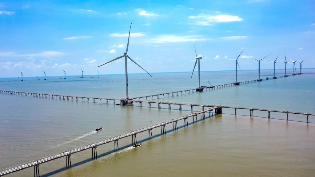 Completing the installation of the last turbine of Dong Hai 1 wind power project