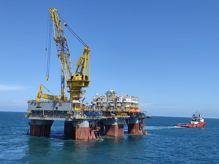Vietnam's first semi-submersible auxiliary drilling rig went out to sea
