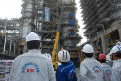 vietnam determines to expand the dung quat oil refinery plant despite oil prices fall